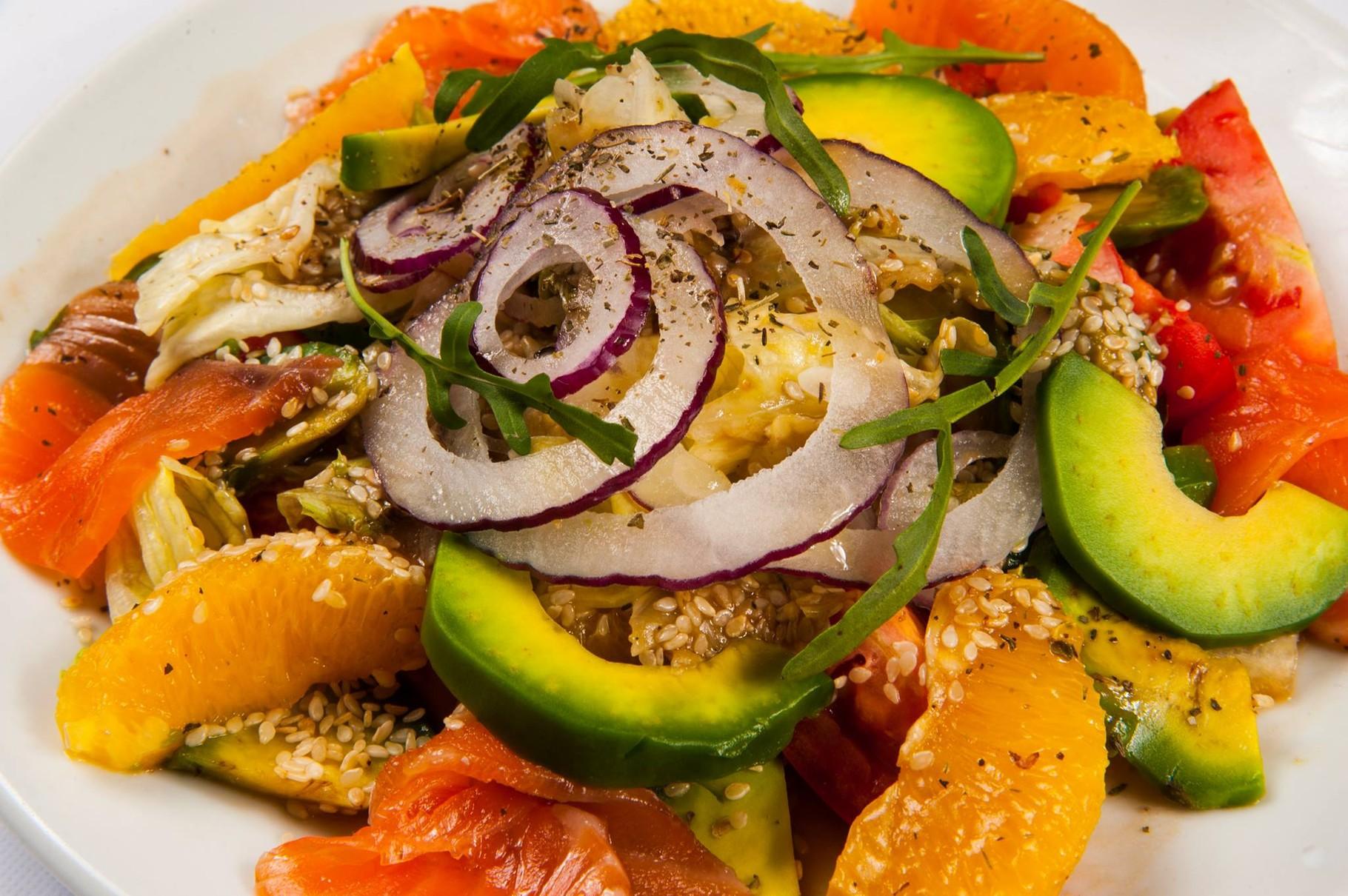 """Мікс листя салату з підкопченим лососем, апельсинами, заправлений бальзамічно-гірчичним соусом/280гр.  96.00грн.   Фірмова страва ресторану """"Стейк Хаус"""" м. Хмельницький"""