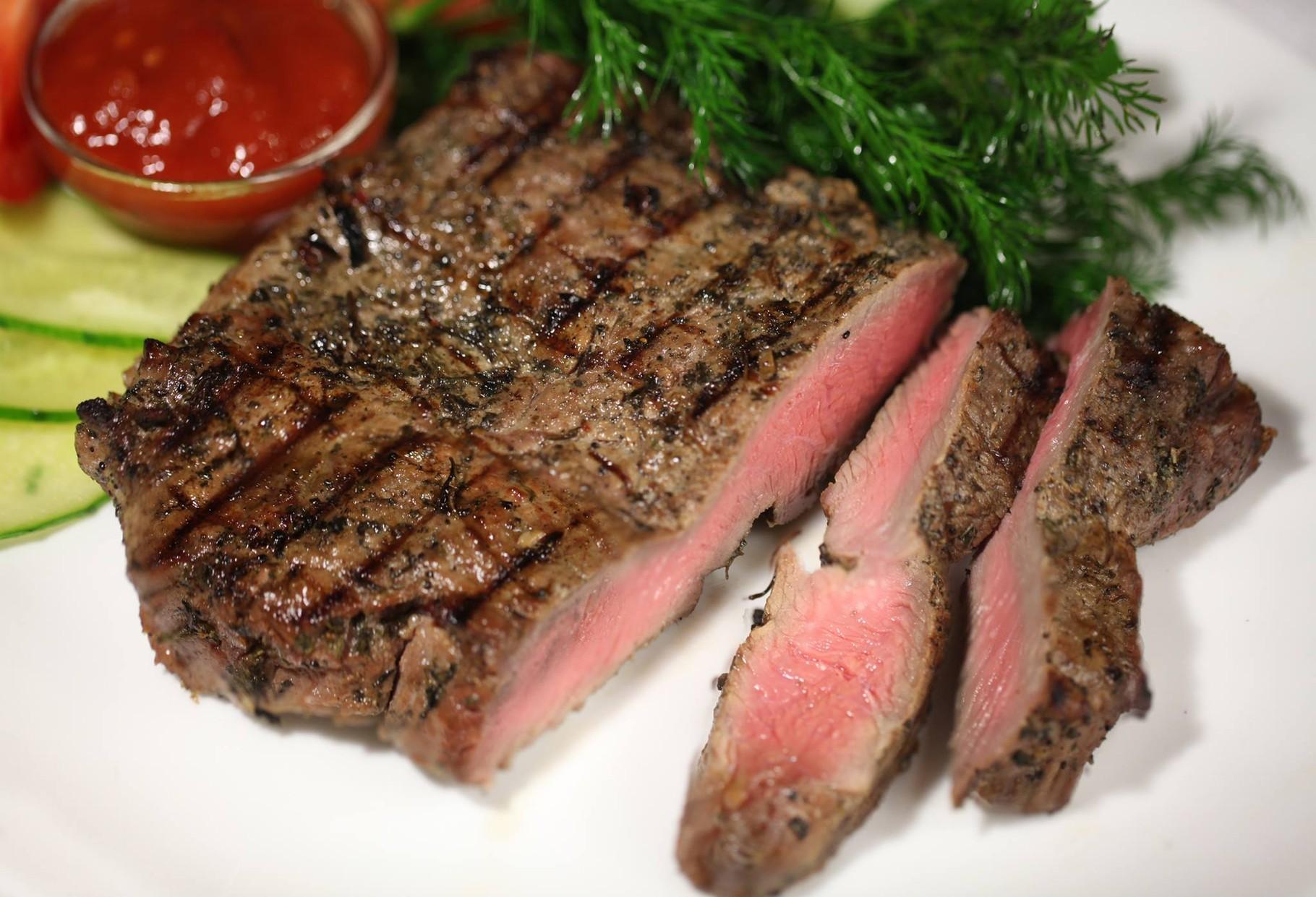 """Філе-міньйон або стейк з яловичої вирізки — це найніжніше і пісне м'ясо. Вирізка відома своїм вишуканим смаком з менш вираженою, ніж в інших стейках, яловичою складовою.    100гр.  54.00грн.  Фірмова страва ресторану """"Стейк Хаус"""" м. Хмельницький"""