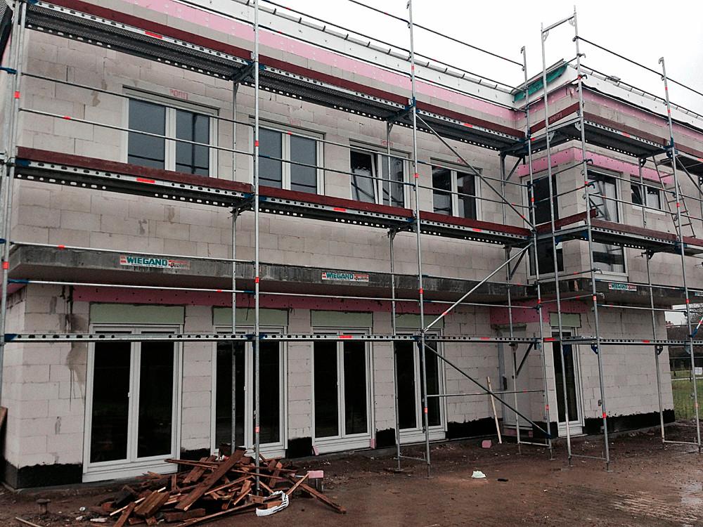 Rohbau mit eingebauten Fenstern. Die großen Panoramatüren im Erdgeschoss lassen erahnen wie schön der Gemeinschaftsraum im neuen Vereinsheim wird ...