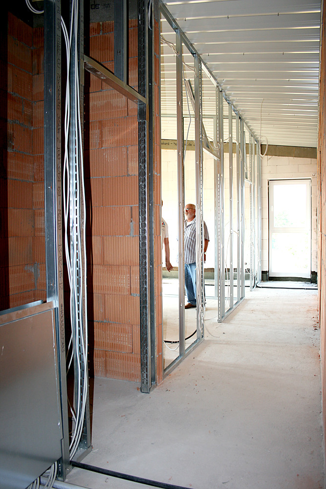 Der Blick in  den Gang im ersten Stock. Er führt zu zwei weiteren Umkleidekabinen, dem Vereinsbüro und dem Sitzungszimmer.