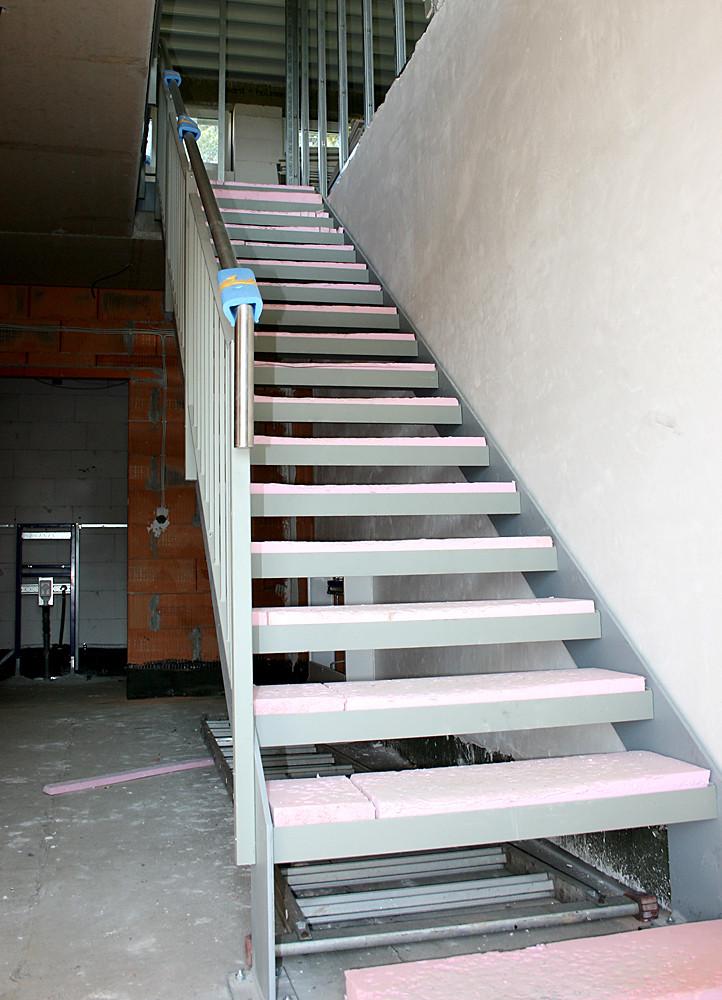 Leicht und luftig in einer ansprechenden Kombination aus so präsentiert sich die neue Treppe über die zukünftig die Spieler zu ihren Umkleidekabinen in den ersten Stock kommen werden.