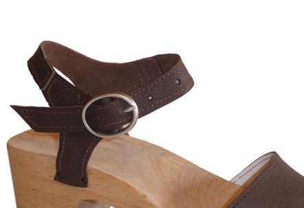 détail brides arrières des sandales talon bois du modèle Paula