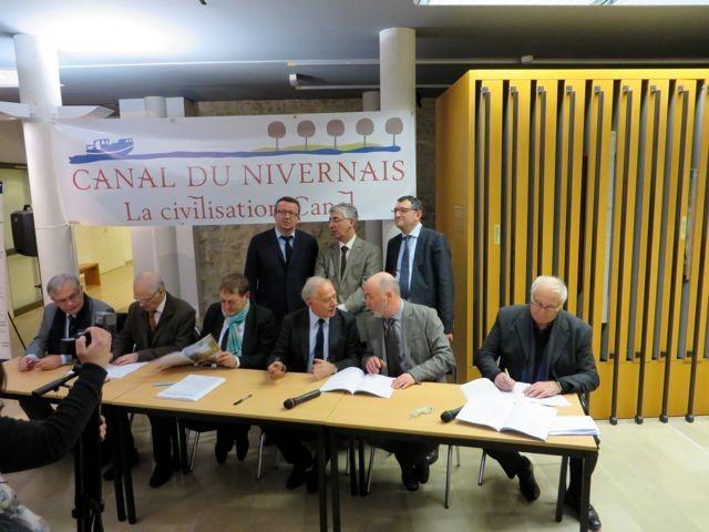 Au premier rang, de gauche à droite: Alain Drouhin, Maurice Bramoulle, Marc Papinutti, François Patriat, Jean-Louis Lebeau et Bernard Martin.