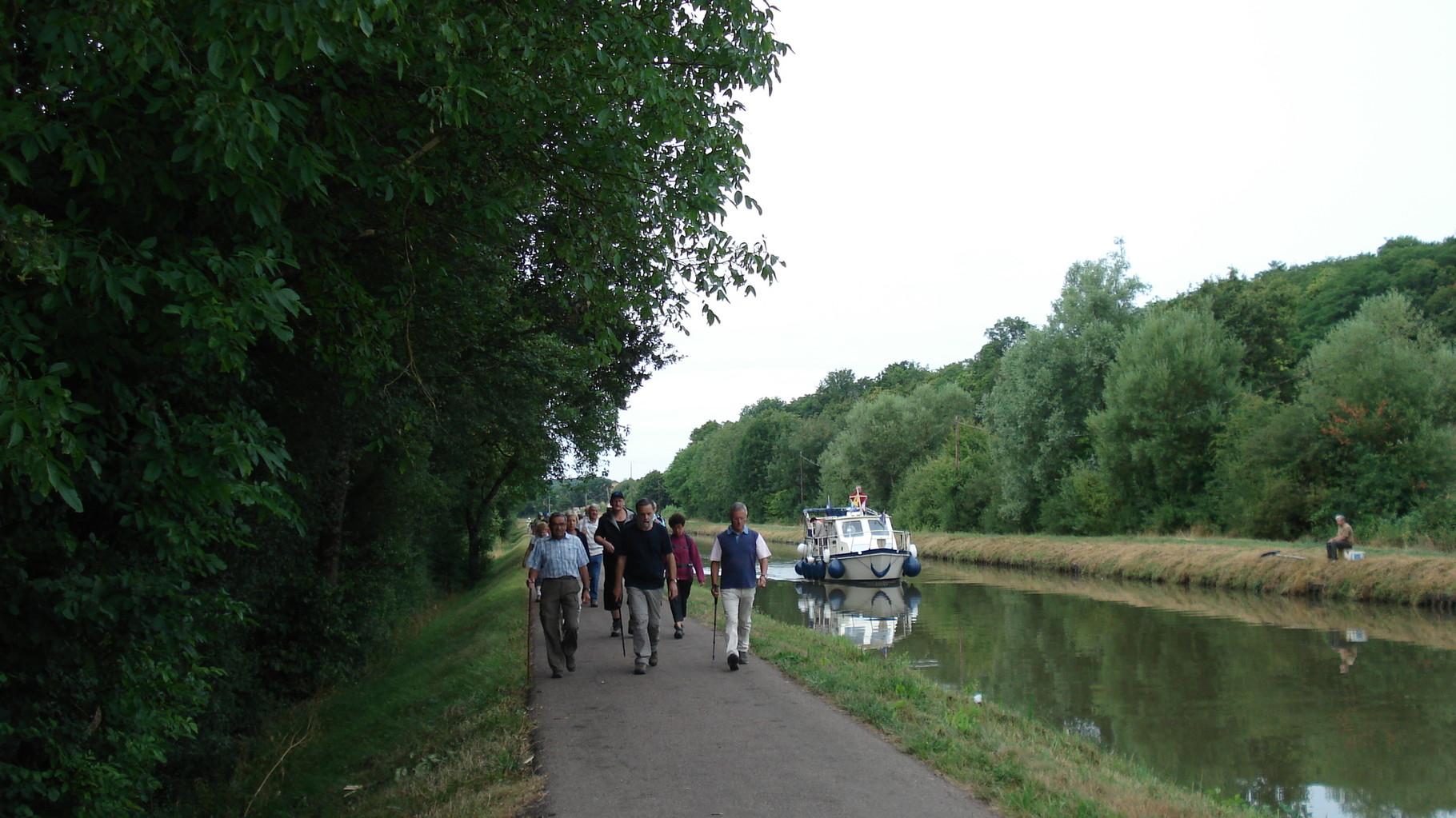 Randonnée le long du canal du Nivernais organisée par le Club de randonnée de Corbigny au départ du port de Chitry-Chaumot