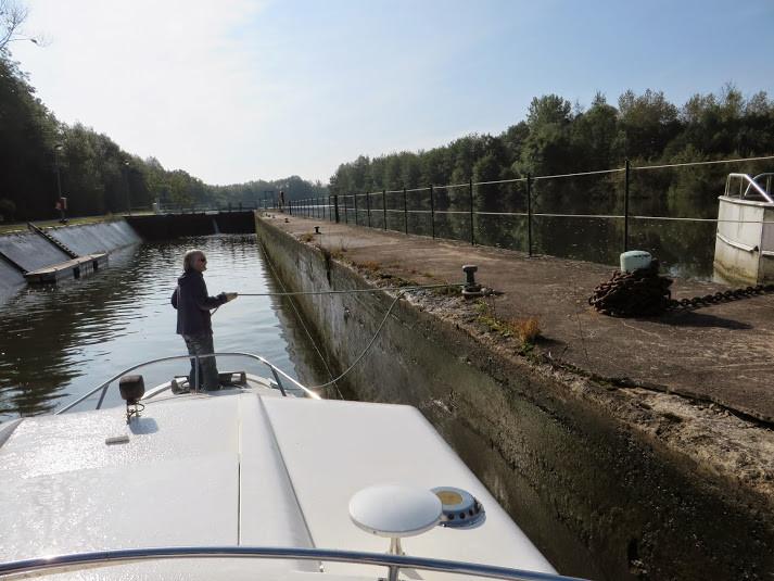 Ecluse avec bajoyer incliné et ponton mobile. Monumentales, ces écluses peuvent accueillir 4 Freycinets