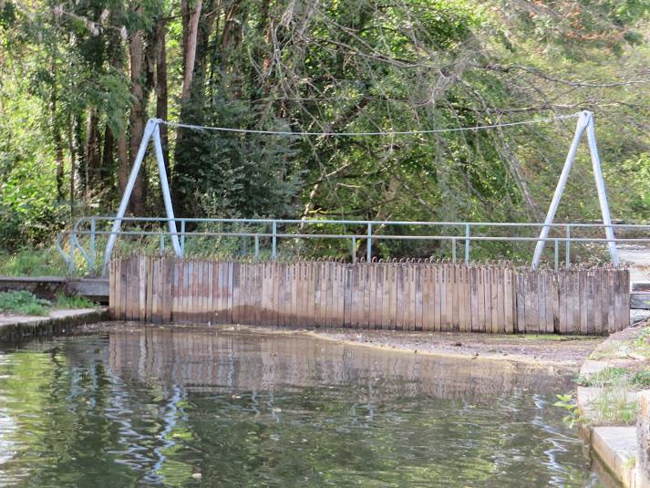 Un ancien pertuis, vestige du flottage, transformé en barrage à aiguilles