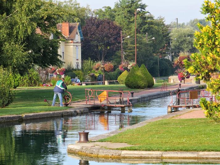 Première écluse du canal de Bourgogne. A la manoeuvre notre co-équipier de croisière Olivier Mathon, éclusier à Vaux
