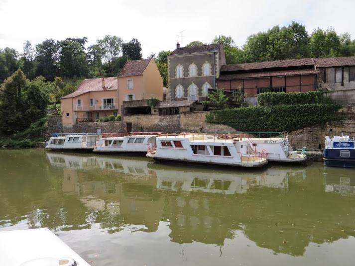 Clamecy: bateaux Grenadines de l'association Découvertes, de Corbigny, qui accueille des groupes scolaires et des colonies de vacances