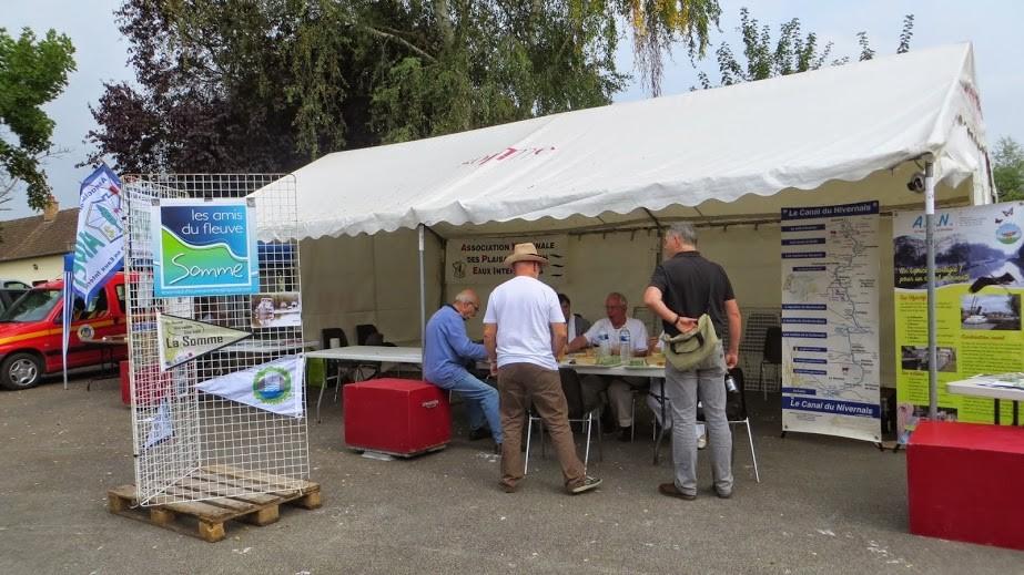 Pause déjeuner sur le stand de l'ANPEI, des Amis du Fleuve Somme et des ACN
