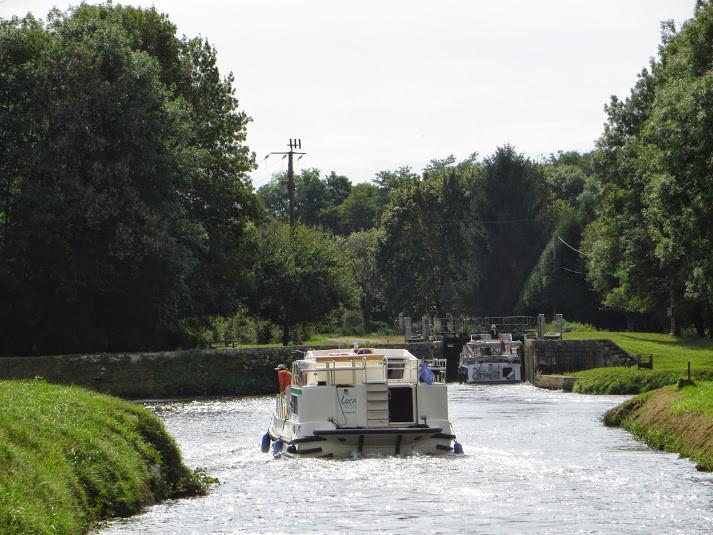 Basseville, le canal croise l'Yonne