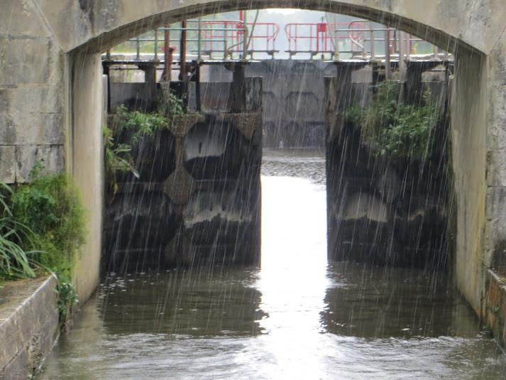 Grosse averse: parfait pour nettoyer le pont du bateau avant l'arrivée à Tannay