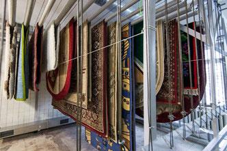 процесс сушки ковров после стирки на фабрике в Москве