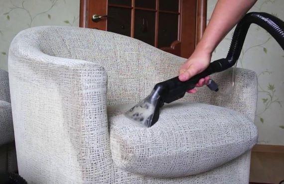 мастер проводит химчистку кресла на дому