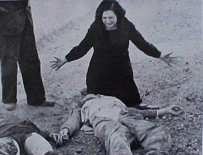 Dona davant el cadàver del seu marit.