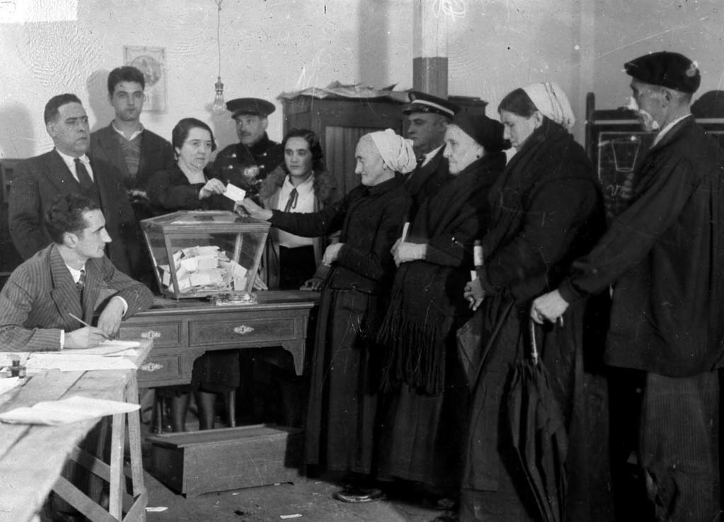 dones exercint el seu dret a vot durant la República