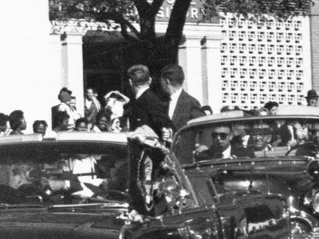 Les agents John Ready (marchepied avant droit) et Paul Landis (marchepied arrière droite) se retournent vers le TSBD.