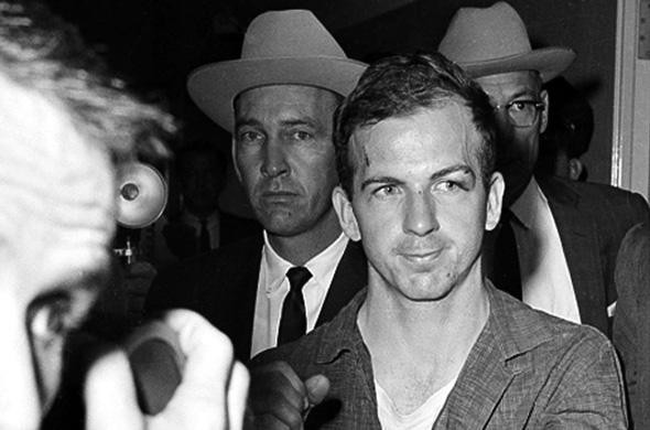 Lee Harvey Oswald face aux journalistes.