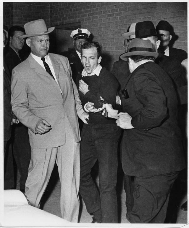 Oswald assassiné par Ruby, l'une des plus célèbres photographies du XXe siècle. Son auteur, Bob Jackson, remporta le prix Pulitzer de photographie.