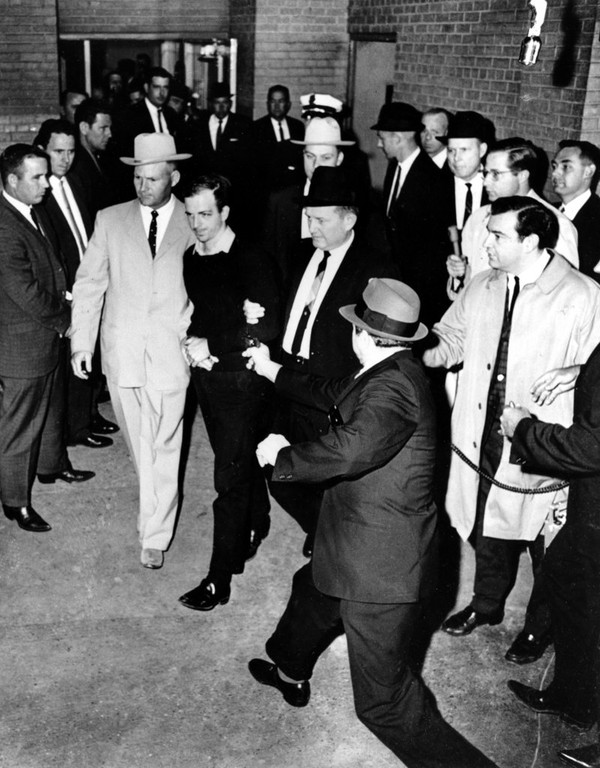 Assassinat d'Oswald par Jack Ruby.
