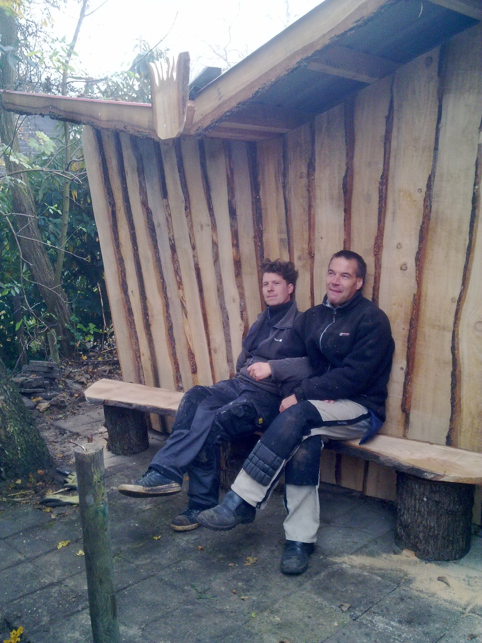 Fietsenstalling van douglas schaaldelen met zitgelegenheid, Hoorn