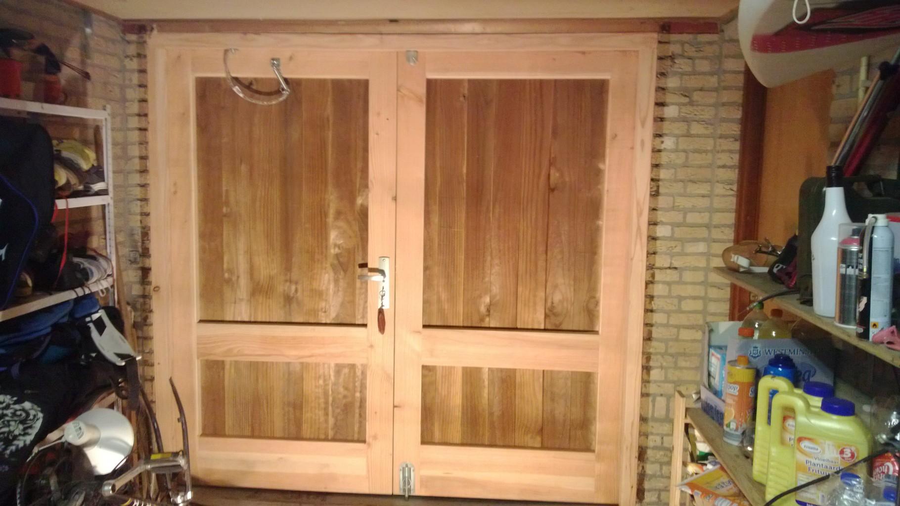 Nieuwe garagedeuren van douglashout, Ermelo