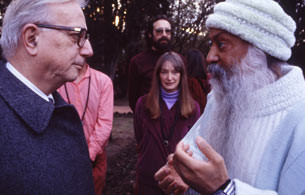 Enzo Biagi insieme a Osho (Nepal, 1986)