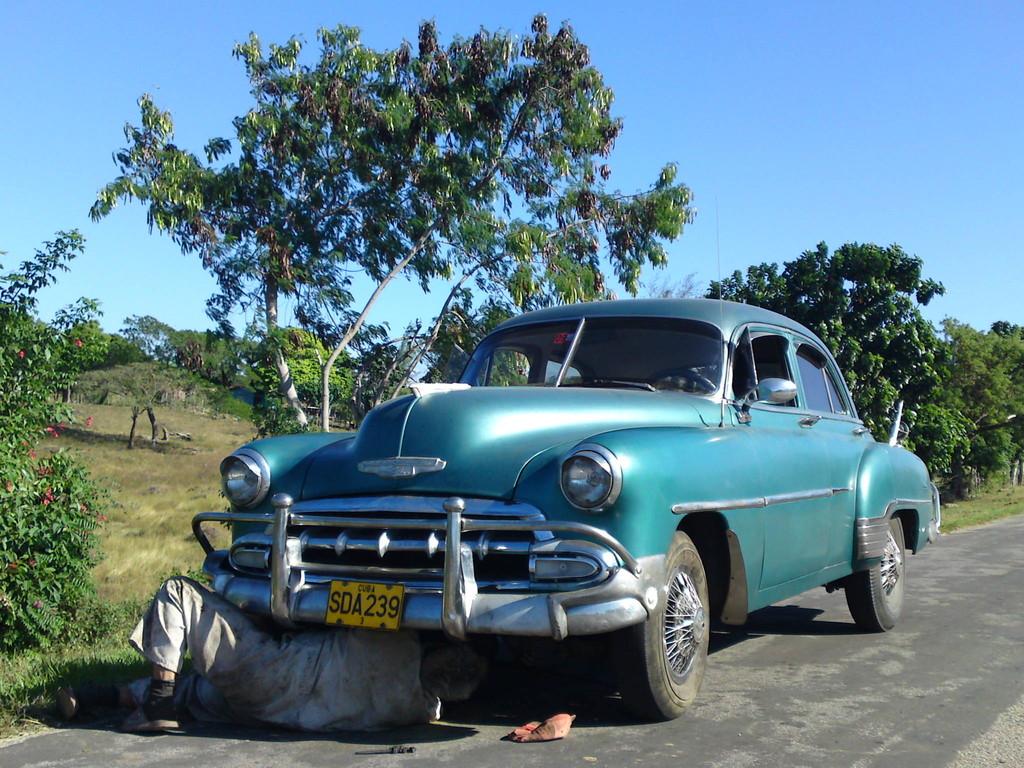 Eigene Autoreparatur am Stadtrand von Trinidad