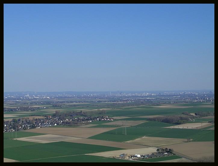 Blick vom höchsten Punkt, in Richtung Köln (man kann den Dom erkennen!)