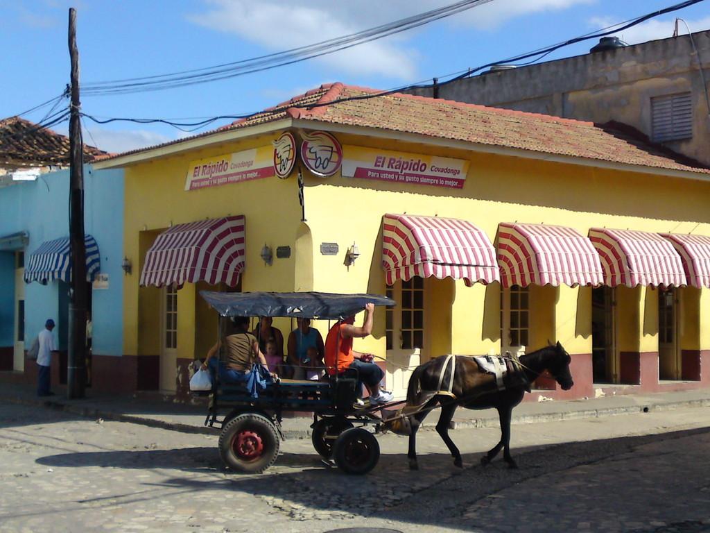 "Pferdetaxi vor dem Kuba-Schnellimbiss ""El Rapido"""