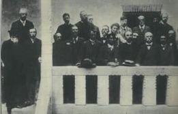 1904年アムステルダム大会で(前列中央の左が片山、右がプレハーノフ)