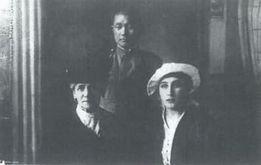 大正5年6月ロシアのスモレンスクで 宿泊先のウフトムスコイ伯爵夫人と令嬢と関餘作(中央)