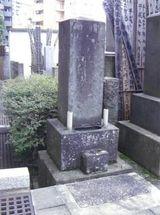 源昌寺墓地に立つ橘耕斎の墓