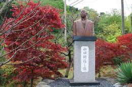 山田耕作銅像