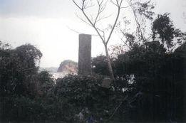 浅茅湾を臨む海辺に建つ「文久元年魯寇之碑」