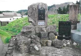 教会そばの信者の墓碑
