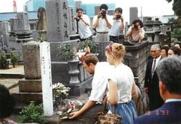 久蔵の墓の前での慰霊祭
