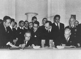 昭和31年10月19日 日ソ共同宣言に調印する鳩山一郎(モスクワ)