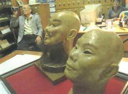 クンストカーメラに収められているゴンザ(手前)とソウザ(奥)の首像