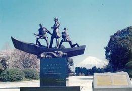 友好の像プチャーチン提督と日本の漁夫・富士市広見公園