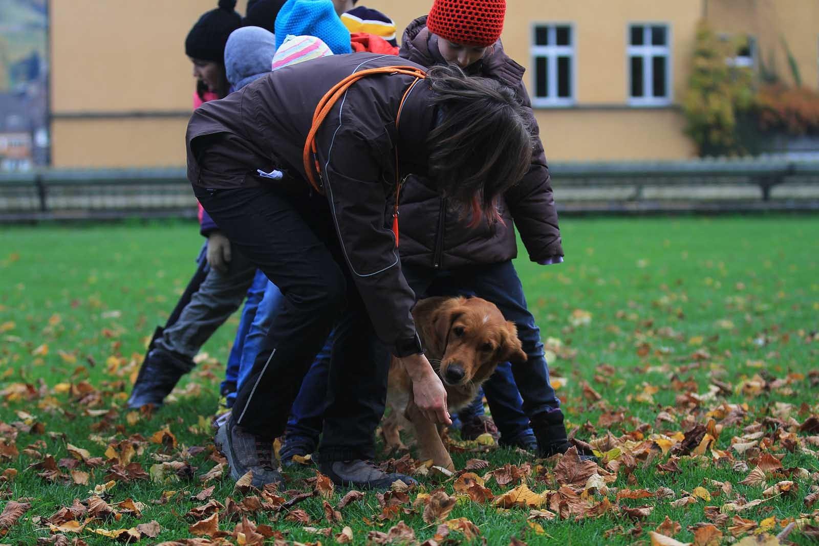Die Kinder als Tunnel - Spass für Kind und Hund