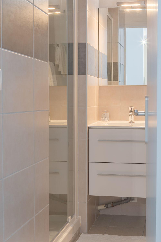 cabine douche, meuble rangement, linge de toilette.