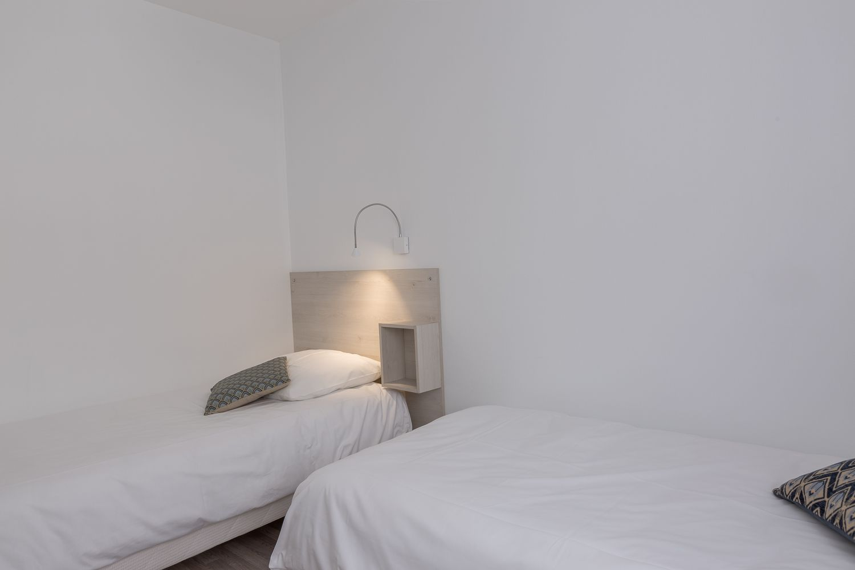 lits séparés, couettes, armoire, double vitrage, volets.