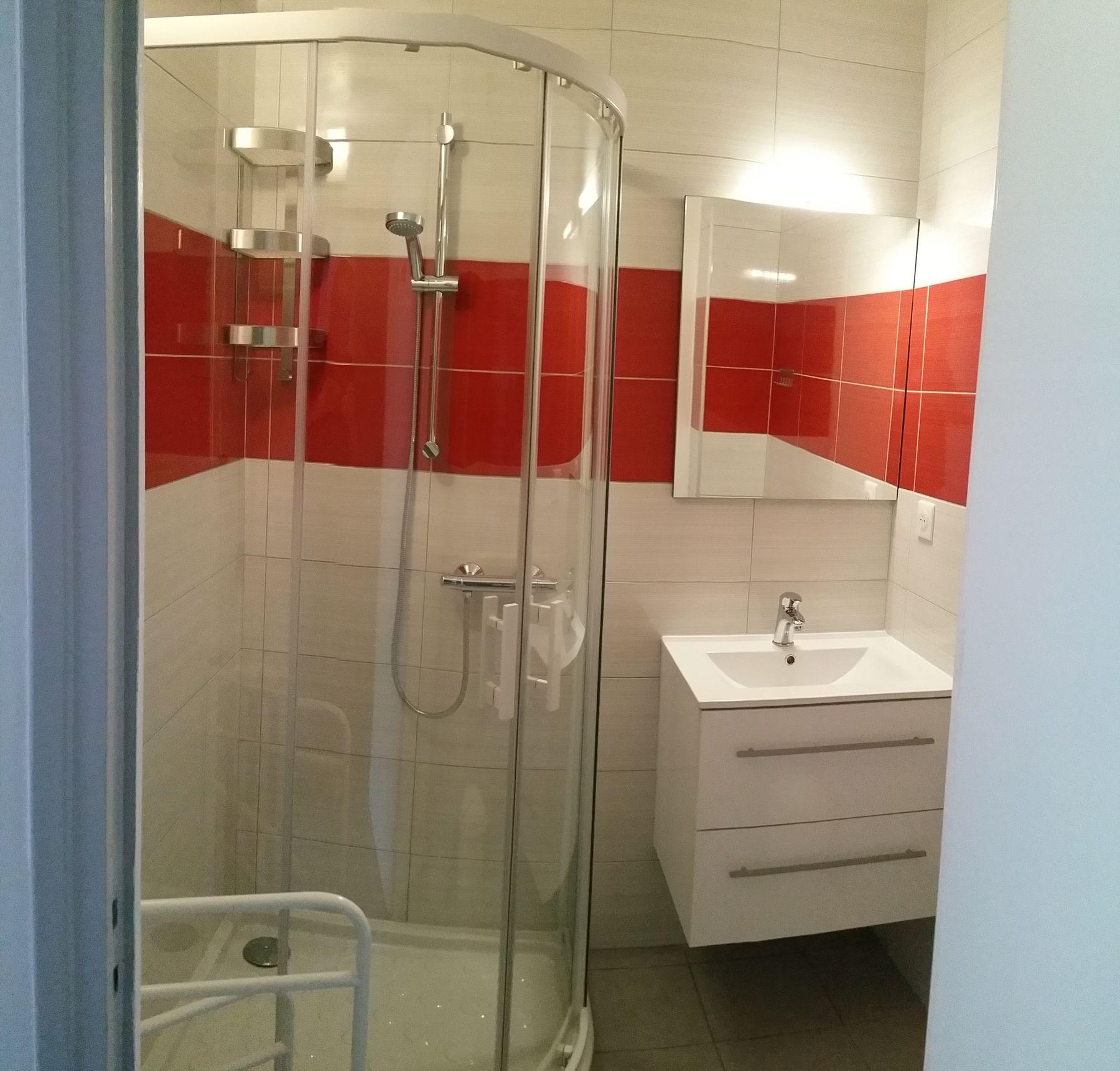 Cabine douche, lavabo avec meuble de rangement 2 tiroirs.