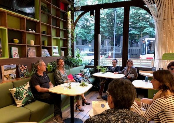 Conférence au Café New Tree au début de la rue de la Charité à Lyon