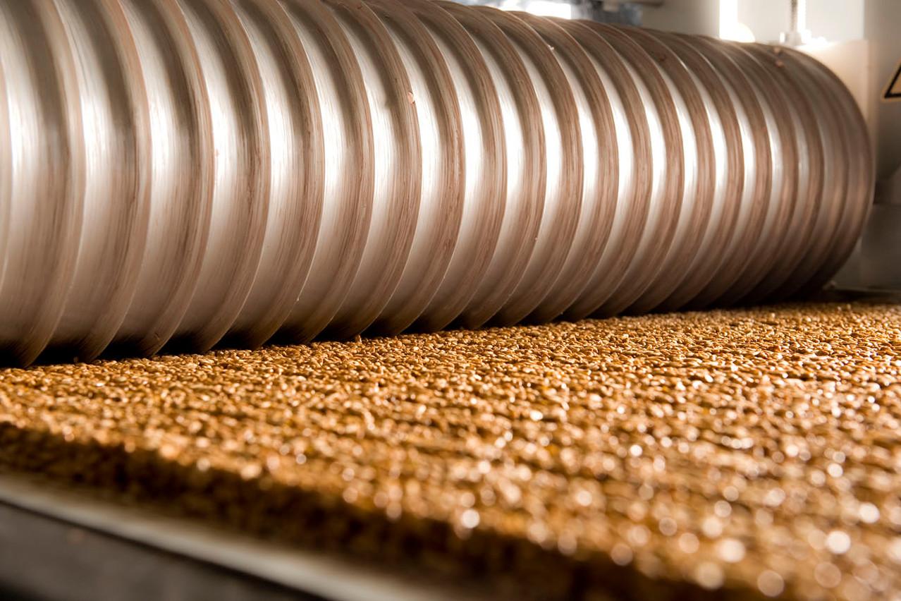 """Erst werden Rillen in den """"Teig-Teppich"""" gedrückt. Es entsteht ein langes Sun Rice-Stück."""