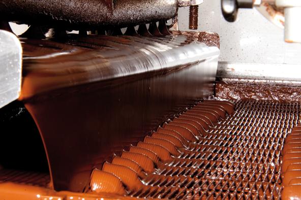 Die Schoko-Geleebananen fahren nun noch ca. 7 Minuten durch einen 12-14 Grad kalten Kühltunnel zur Verpackungsanlage.