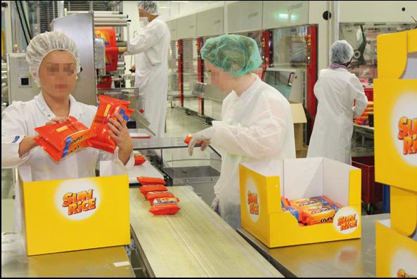 Die Sun Rice-Packungen werden in Kartons verpackt, um anschließend ausgeliefert zu werden.