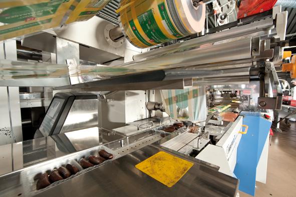 Die Trays werden gewogen und anschließend mit einer Folie umhüllt. Pro Stunde können einige hunderttausend einzelne Bananen hergestellt werden.