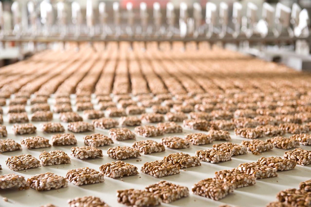 Damit die Schokolade schön gleichmäßig über die Happen fließen kann, müssen diese auseinander gezogen werden. Dies geschieht automatisch.
