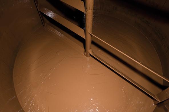 Bis zum Vergießen wird die Schokolade in riesigen Tanks zwischengelagert.